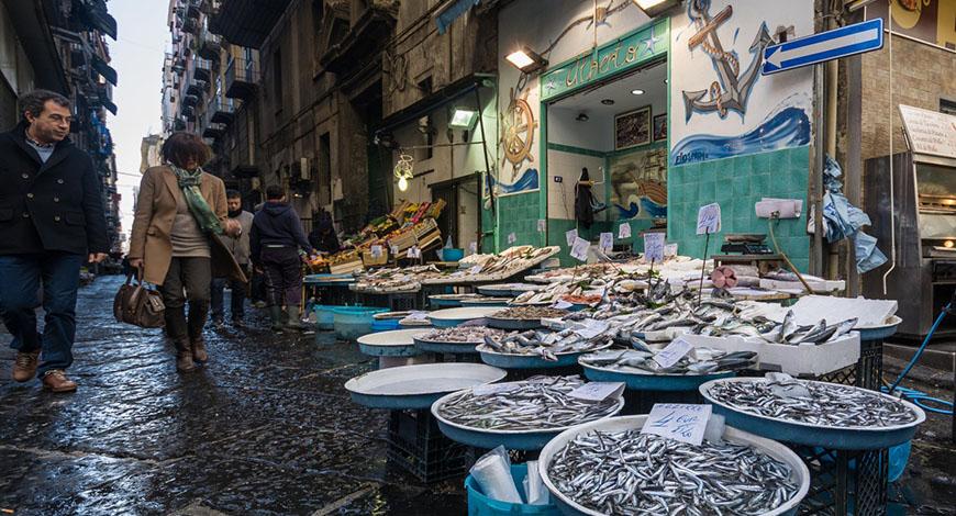 Napoli nei vicoli dei pescivendoli